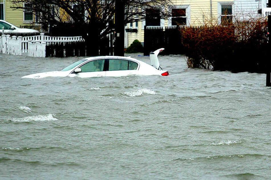 In Massachusetts Quincy: Ein Auto steht unter Wasser. Der schwere Wintersturm hält die US-Ostküste in seinem Griff.