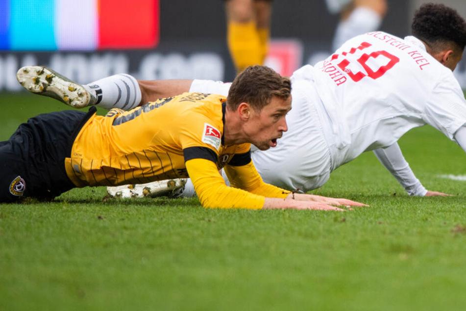 Jannik Müller liegt geschlagen am Boden. Neben ihm der Torschütze zum 1:0 Emmanuel Iyoha.