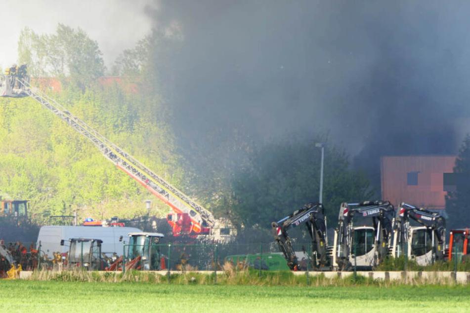 Die Feuerwehr ist derzeit vor Ort, um die Flammen zu löschen.