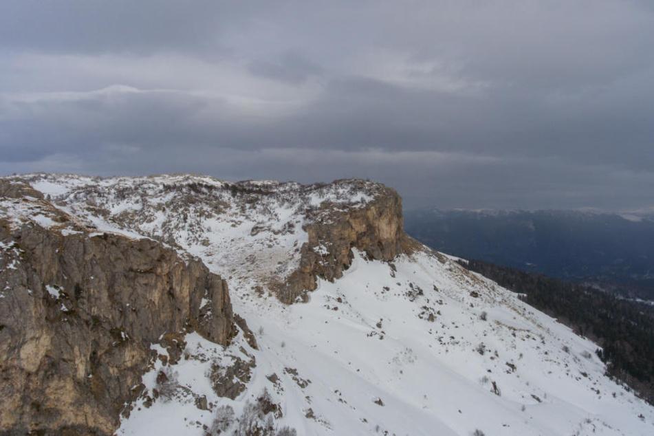 In einer Kurve kam die Frau vom Weg ab und stürzte die Felswand hinab. (Symbolbild)