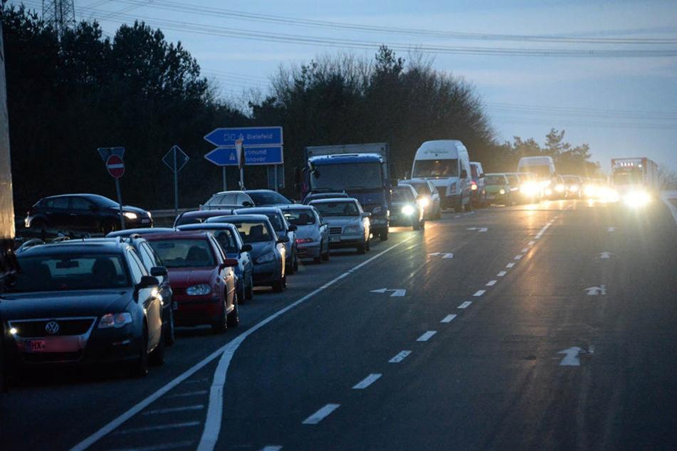 Der Verkehr staute sich, weil die Polizei die Straße komplett sperren musste.