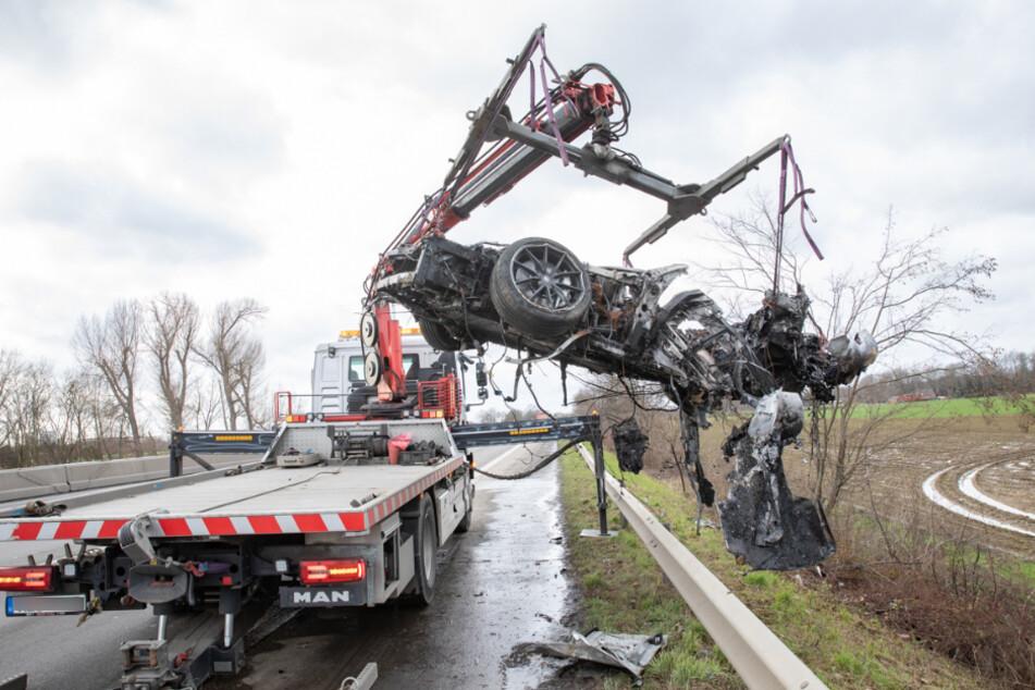 Ferrari zerschellt und brennt komplett aus, Fahrer überlebt schwer verletzt
