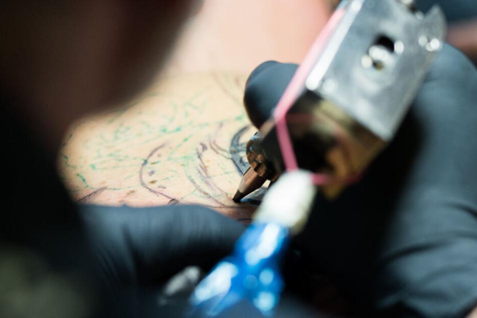 Die Europäische Chemikalienagentur ECHA hat empfohlen, mehr als 4000 bedenkliche Substanzen bei Tattoo-Farben und permanentem Make-up zu beschränken.