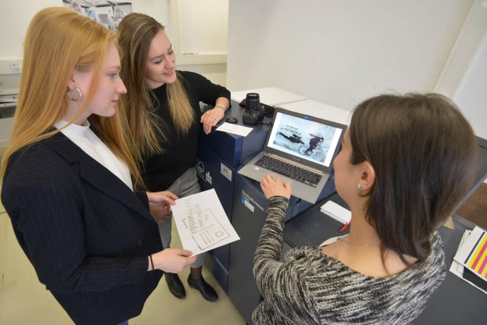 Karolin Schuricht (21, v.l.), Luise Mättig (20) und Theresa Kämpfe (21) arbeiten an einem Entwurf.