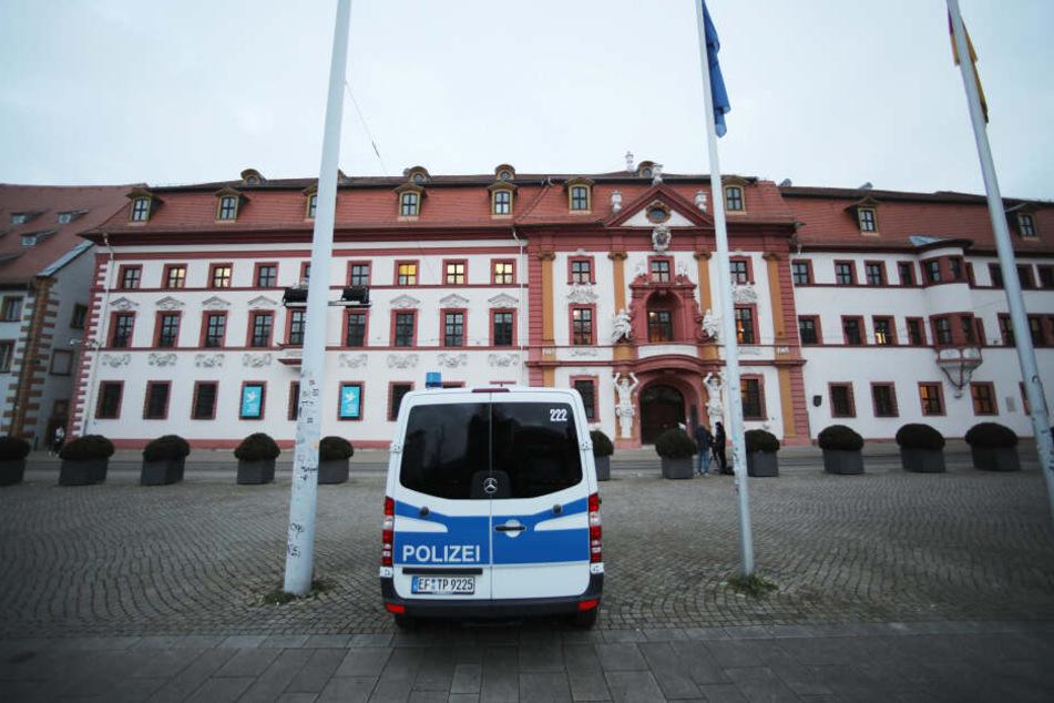 Vor der Staatskanzlei wurden am Donnerstag Polizeiautos postiert.