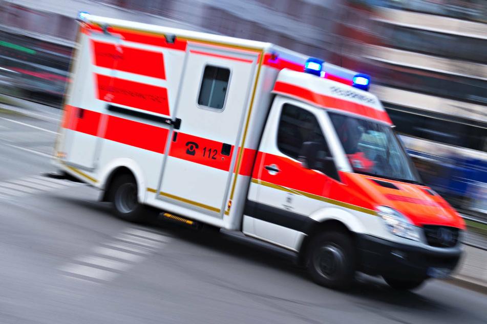 Nissan-Fahrer fährt Radler um und kracht in Bushaltestelle: Hatte er einen Schlaganfall?