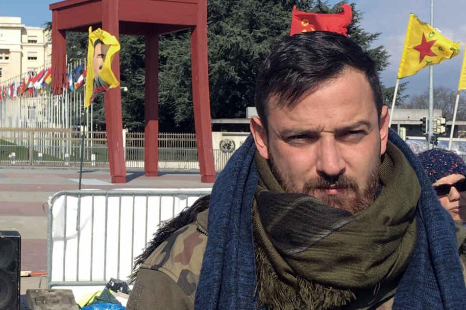 Vor dem UN-Gebäude streiken gerade Deniz Naki (28) und seine Mitstreiter.