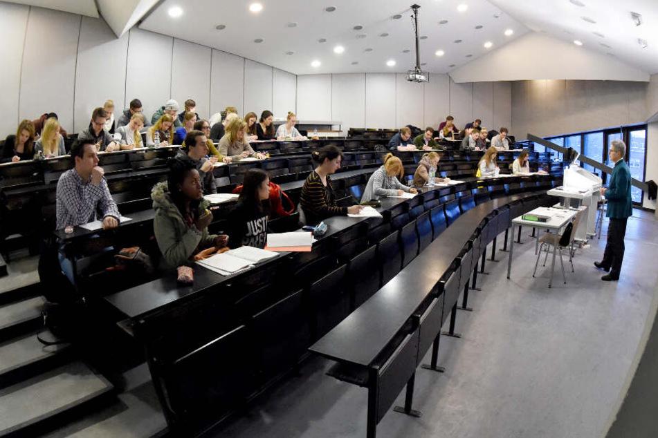 Studenten im Hörsaal dürfen nach Meinung der Uni Kiel nicht vollverschleiert sein. (Archivbild)