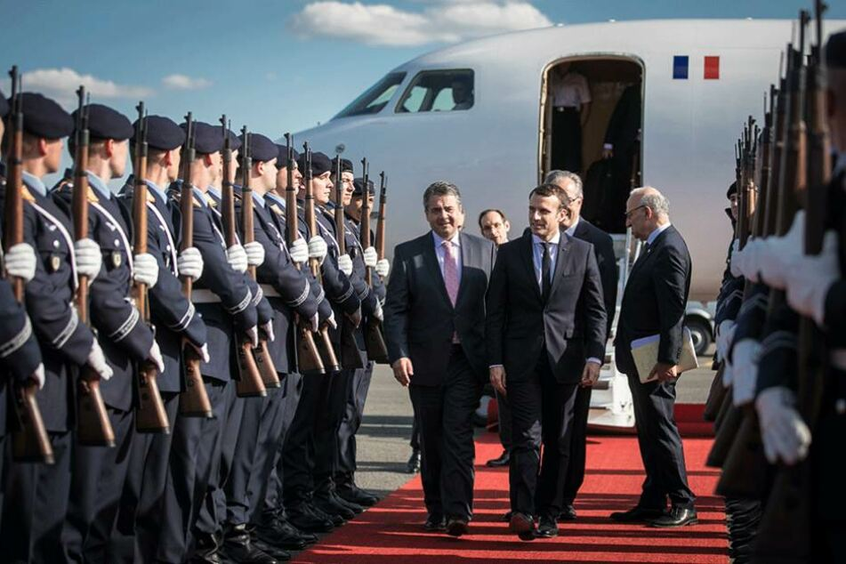 Sigmar Gabriel (l, SPD), Vizekanzler und Bundesaussenminister, begrüsst den neuen Präsidenten von Frankreich Emmanuel Macron am Flughafen Tegel in Berlin.