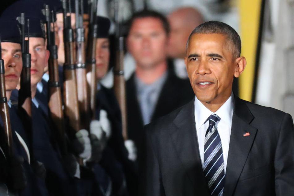 Als Obama das Flugzeug verlässt wird er von einem Ehrenspalier aus Bundeswehrsoldaten, dem US-Botschafter und Vertretern der Bundesregierung begrüßt.