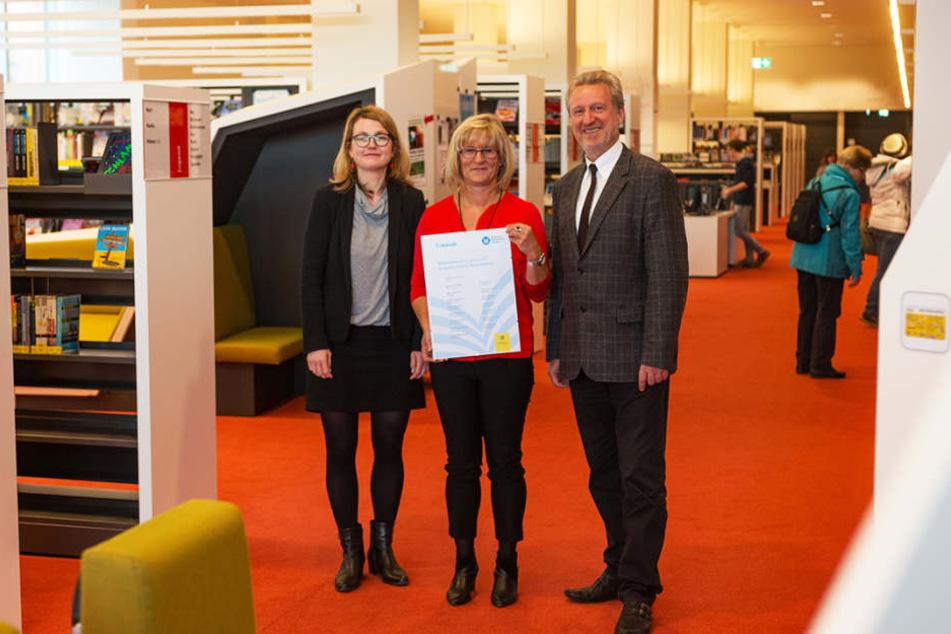 Kerstin Hemmerling (57, M.) leitet das Bibo-Team des Jahres. Flankiert von Dresdens Bibo-Chef Arend Flemming (59) und Kulturbürgermeisterin Annekatrin Klepsch (40, Linke).