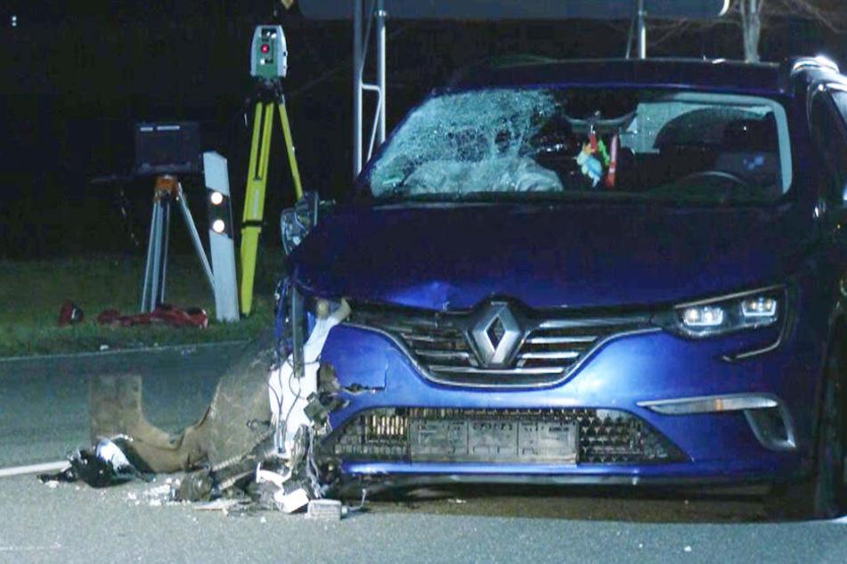 Unfall-Drama in Sachsen: Auto überfährt zwei Menschen, Frau (65) stirbt