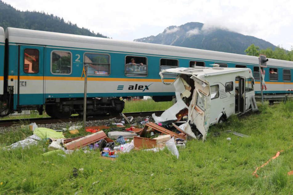 Ein zerstörtes Wohnmobil vom Typ Hymer B534 steht nach der Kollision mit dem Allgäu-Express am Bahnübergang Steinach. Bei dem Zusammenstoß wurde eine Person leicht verletzt.