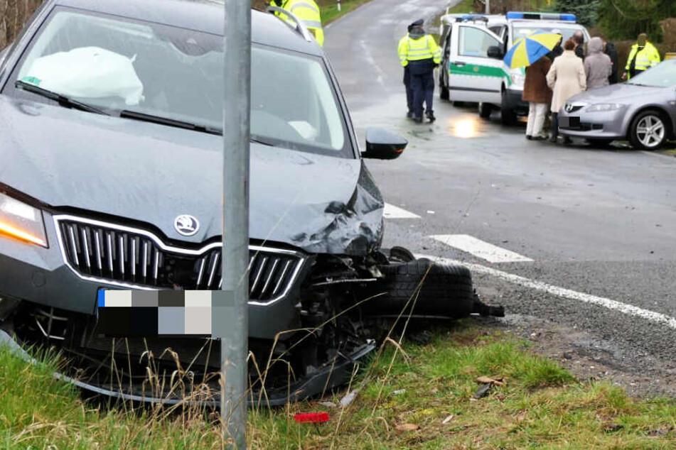 Mazda-Fahrer nimmt Skoda Vorfahrt: Vier Menschen verletzt
