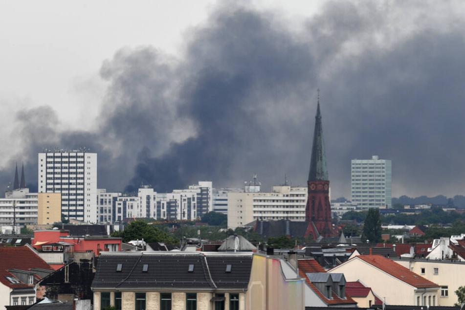 Der G20 Gipfel in Hamburg sorgte 2017 für dramatische Bilder: Hier steigt eine Rauchwolke über den Dächern der Stadt auf.