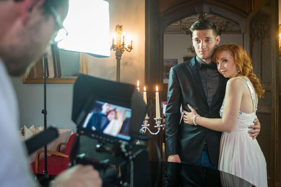 Er im Anzug - sie im hellen Kleid. Die Videoszene sieht fast so aus, als  würden Johnny und Nora Louisa heiraten.