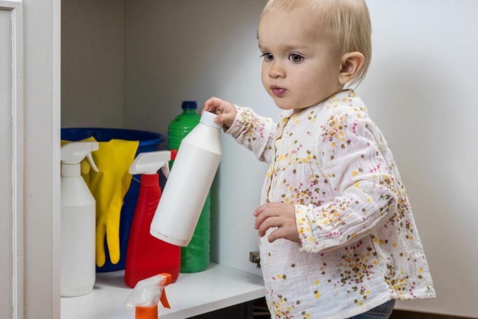 Putzmittel sollte immer außer Reichweite von Kindern stehen.