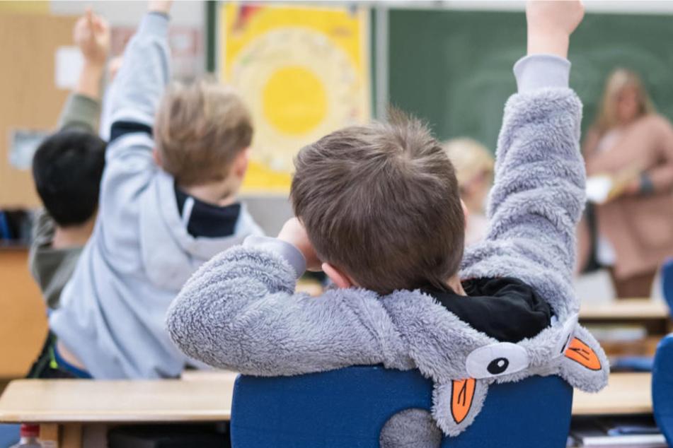 Grundschullehrer werden in Hessen händeringend gesucht (Symbolbild).