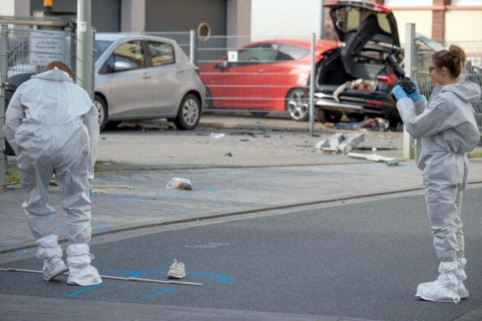 Mitarbeiter der Spurensicherung untersuchen am vergangenen Freitag den Tatort.