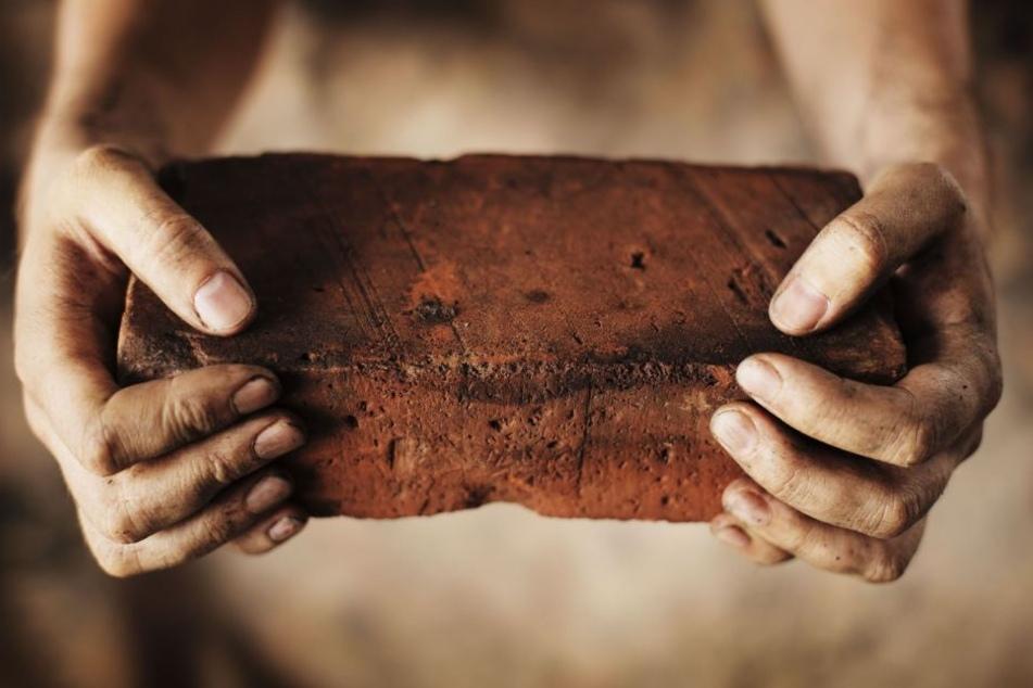 Mit dem Stein warf er auf den Rettungswagen. (Symbolbild)