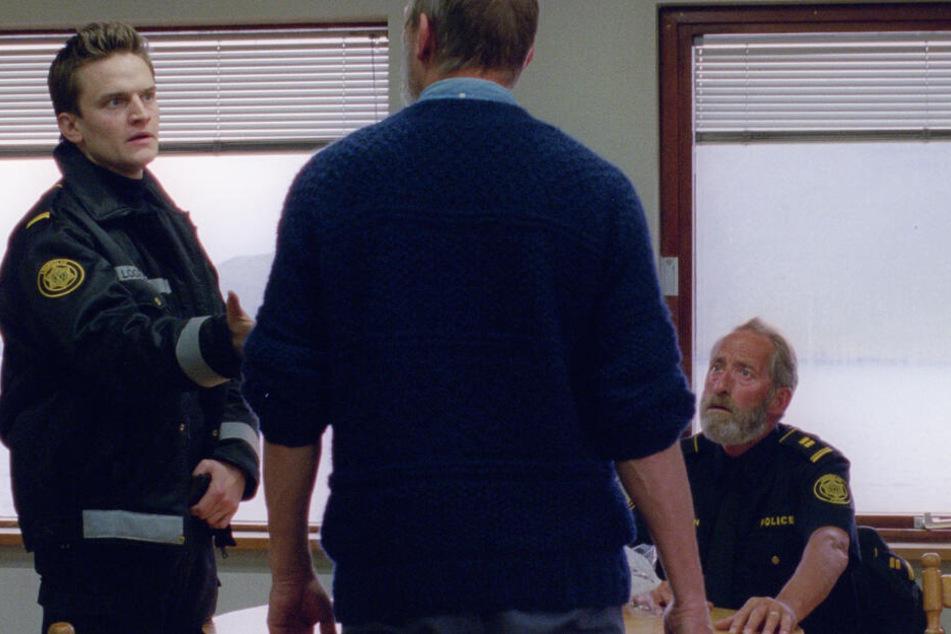 Ingimundur (Ingvar Sigurdsson) ist Polizist. Er besucht seine Kollegen mehrfach.