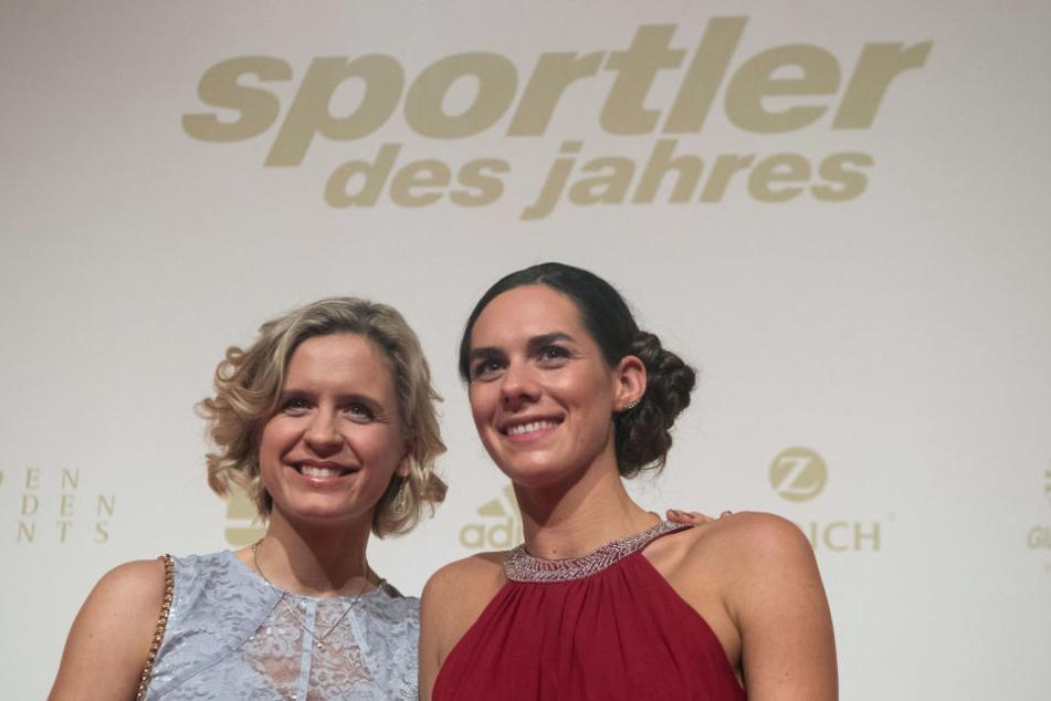 """Die Olympiasiegerinnen und Weltmeisterinnen im Beachvolleyball Laura Ludwig (links) und Kira Walkenhorst sind die Sportlerinnen des Jahres 2017 in der Kategorie """"Mannschaft""""."""