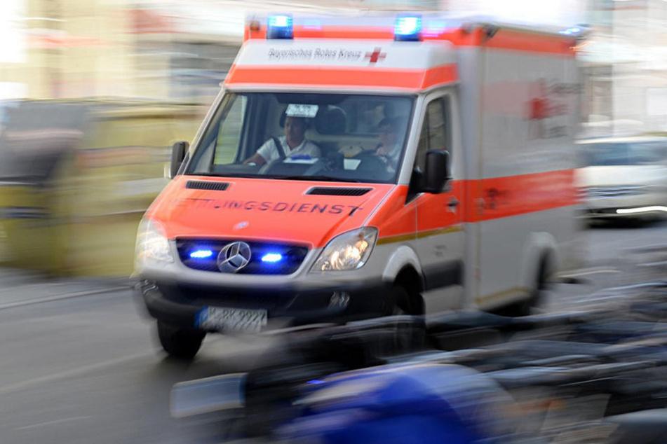 Im Erzgebirge ist ein 53-Jähriger von der Fahrbahn abgekommen und eine Böschung hinuntergerutscht.