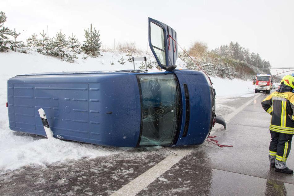 Der Transporter ist über die Autobahn geschleudert und im Straßen liegen geblieben.