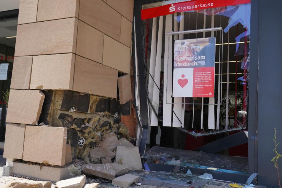 Die Fußgängerin wurde gegen die Wand der Sparkasse gequetscht.