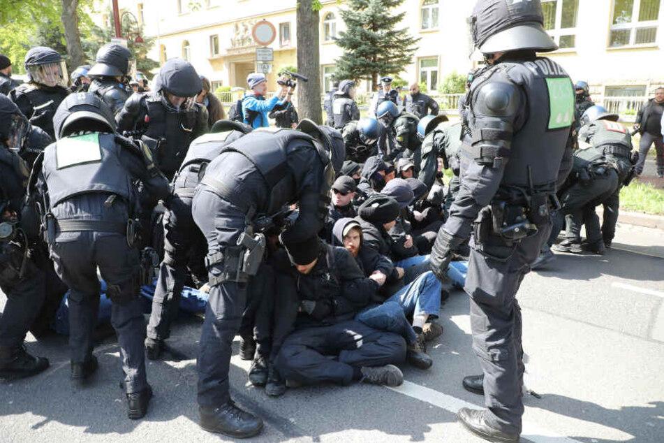 Polizisten lösten am 1. Mai Sitzblockaden in Erfurt auf.