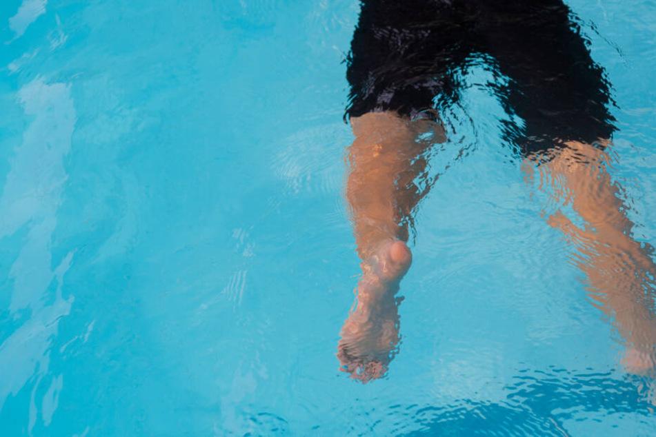 Der Junge (3) schwebt nach dem Badeunfall noch in Lebensgefahr. (Symbolbild)
