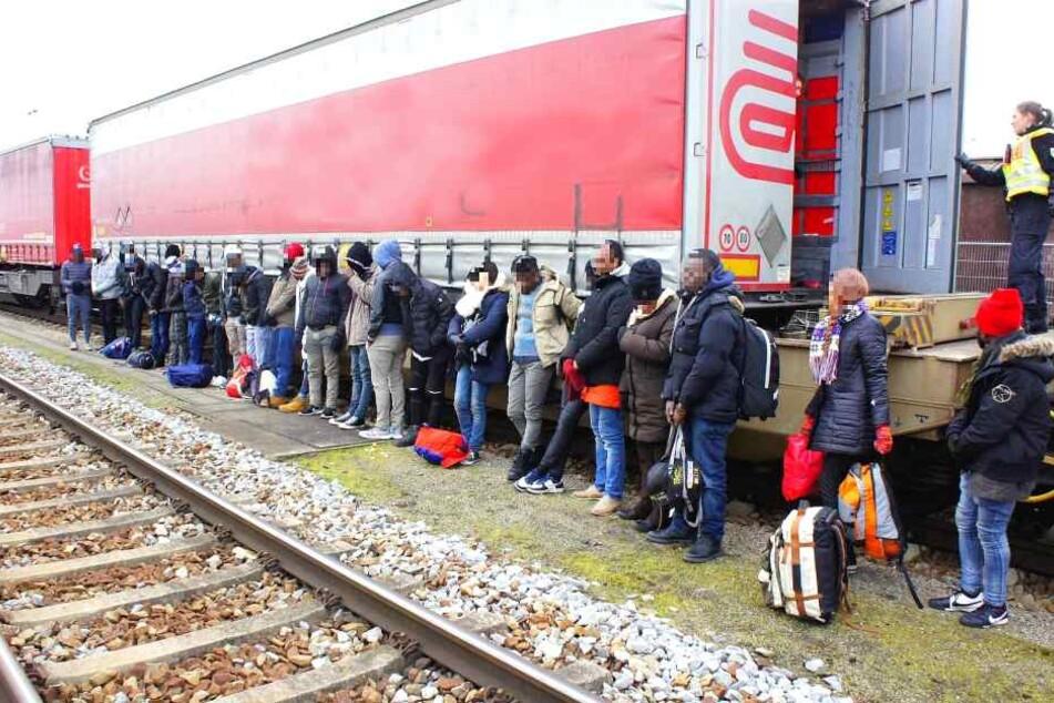 Polizei entdeckt afrikanische Migranten in LKW