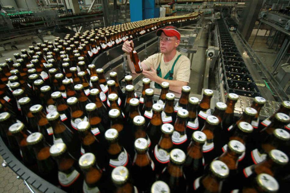 Der Konzern Anheuser-Busch Inbev will sich von seiner Biermarke Hasseröder trennen. (Archivbild)