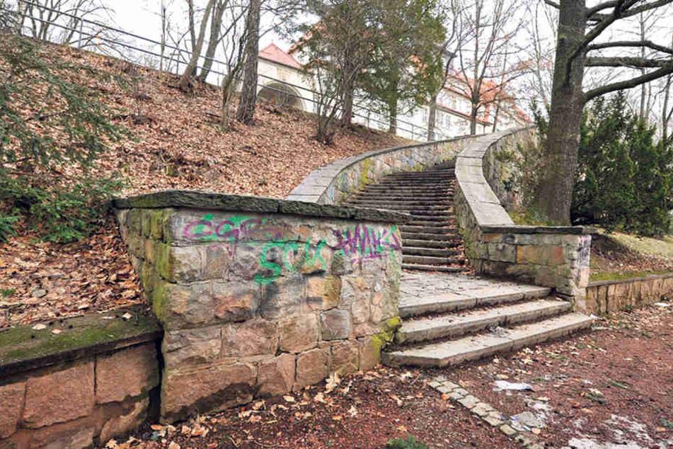 Die Mauer in Schönau bröckelt seit Jahren - Geld für eine Sanierung gibt's trotzdem nicht.