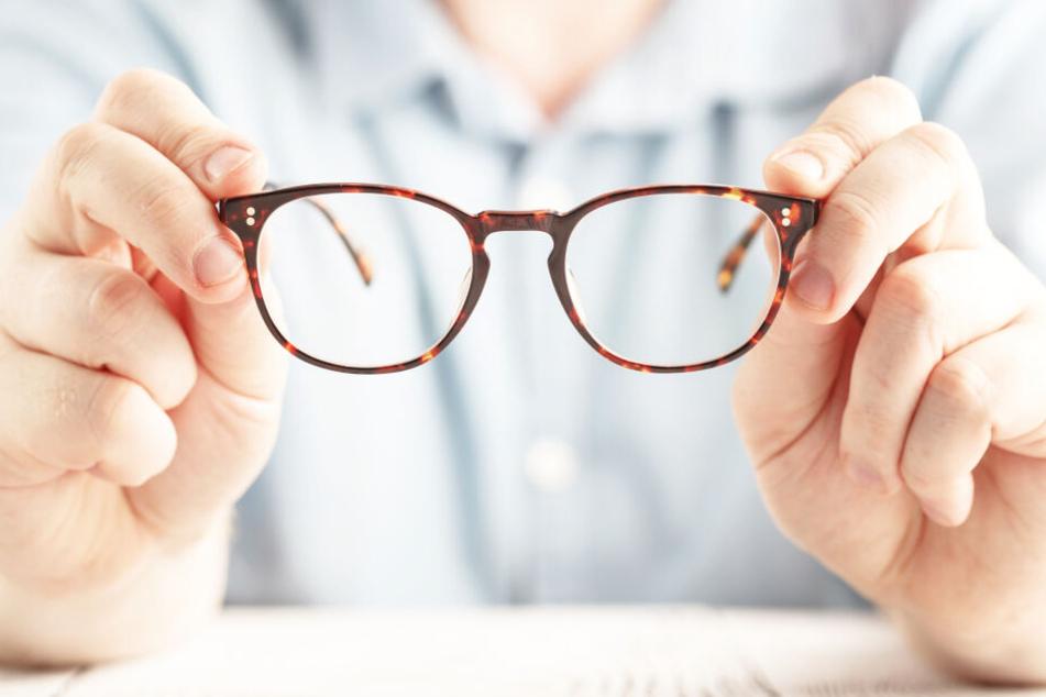 Damit man bei der Brillenauswahl beim Optiker nicht den Durchblick verliert: Was ist wirklich wichtig für gutes Sehen und was nur überflüssiger, teurer Luxus?