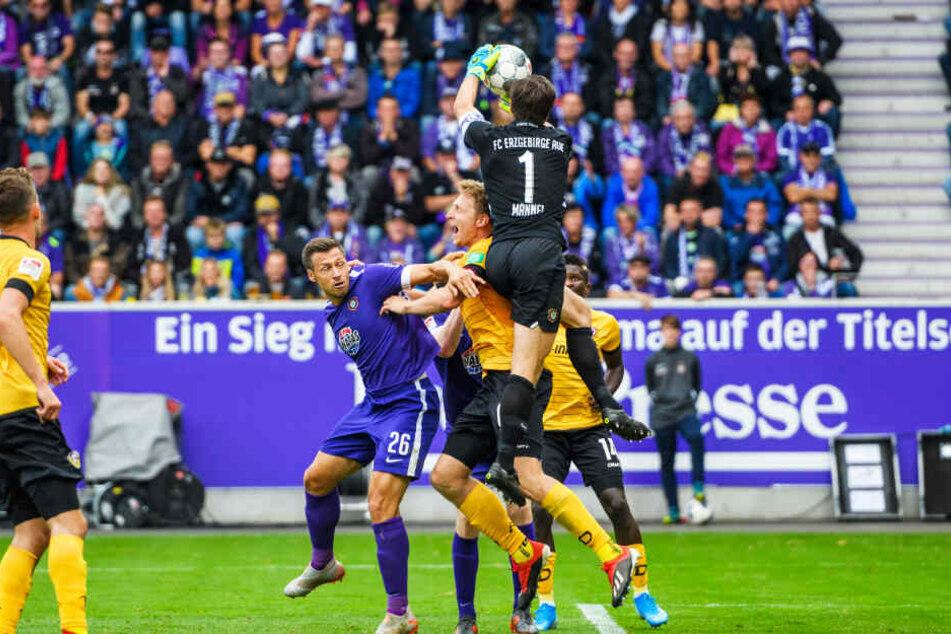 In Aue wurde Dynamo erstmals vom Videobeweis falsch korrigiert. FCE-Keeper Martin Männel (v.) ließ den Ball fallen, Moussa Koné schob zum 2:3 ein. Der Treffer wurde gegeben, dann per Videobeweis zurückgenommen. Marco Hartmann (M.) habe den Keeper bedrängt