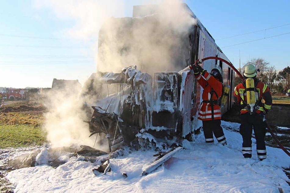 Bei dem Zusammenprall mit einer Regionalbahn verstarb der Fahrer des Müllwagens.