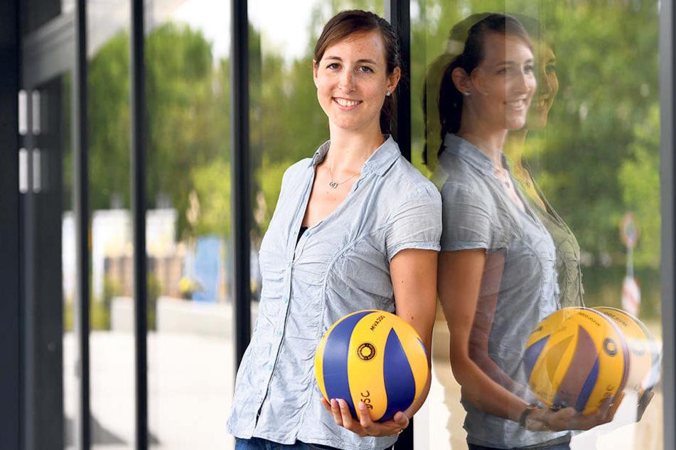 Sie freut sich auf die kommende Saison beim DSC: Lena Möllers an der BallsportARENA.