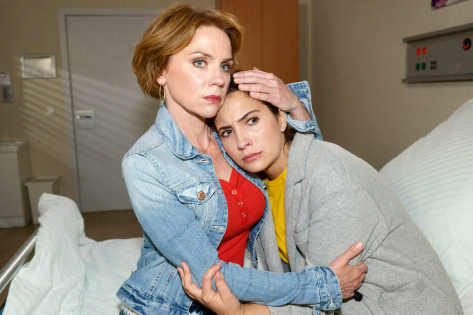 Laura wird von ihrer Mutter Yvonne getröstet.