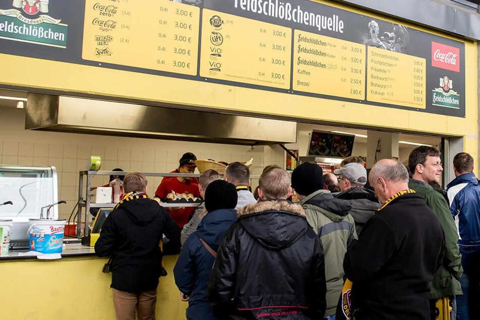 Nur Bares ist Wahres! Gegen Bielefeld und bei allen anderen Veranstaltungen im Sommer nehmen die Kioske im DDV-Stadion bloß noch Bargeld an.