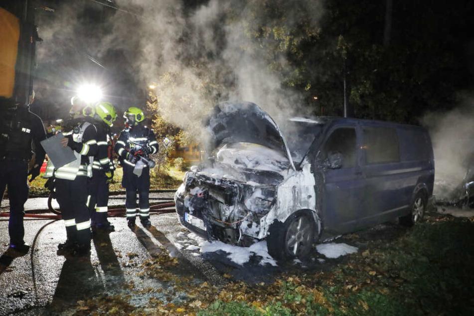 Zwickauer Straße Höhe Popowstraße in Schönau: Hier brannten ein Auto und ein Kleintransporter der Marke VW.