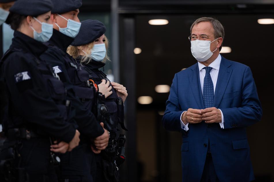 NRW-Ministerpräsident Armin Laschet (60, CDU) während eines Termins bei der Bereitschaftspolizei. Am Dienstag besucht er aus aktuellem Anlass das Landeskriminalamt (LKA).