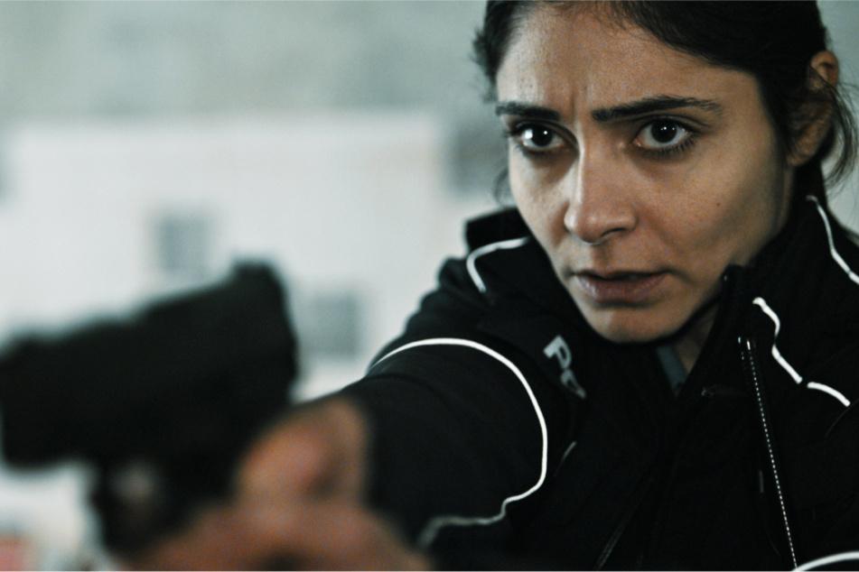 Polizistin Shirin Kämper (Pegah Ferydoni) versucht nach ihrer Gefangennahme, zu vermitteln.