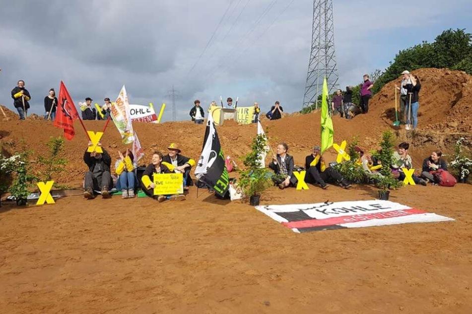 Dörfer vom Abriss bedroht: 50 Menschen protestieren im Sitzen