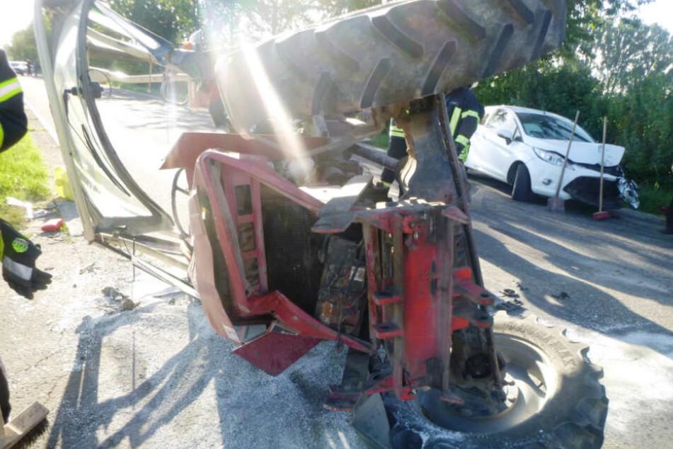 Der Traktor wurde auf die Seite geschleudert.