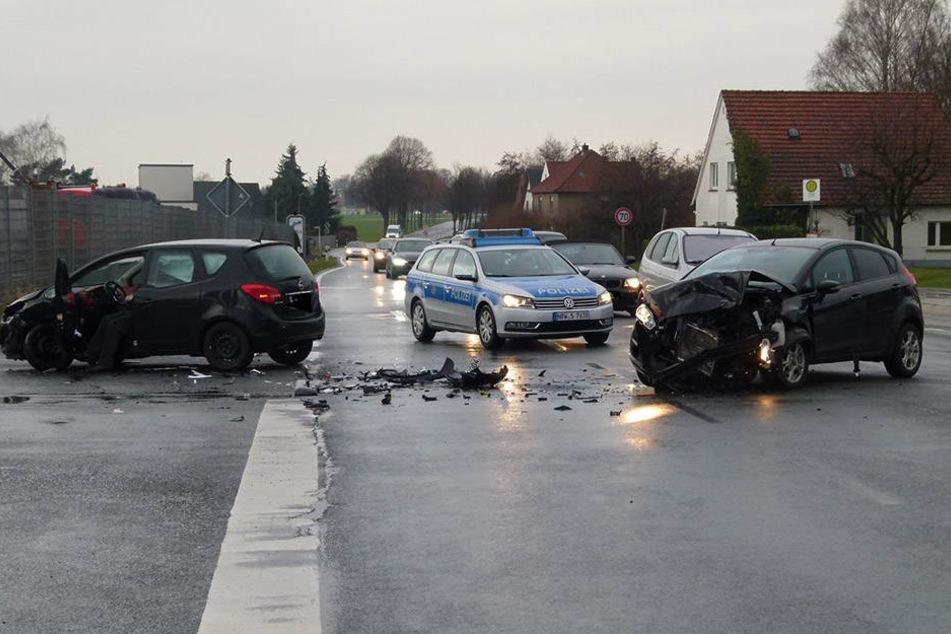 Die beiden Autos waren nach dem heftigen Zusammenstoß nicht mehr fahrbereit.