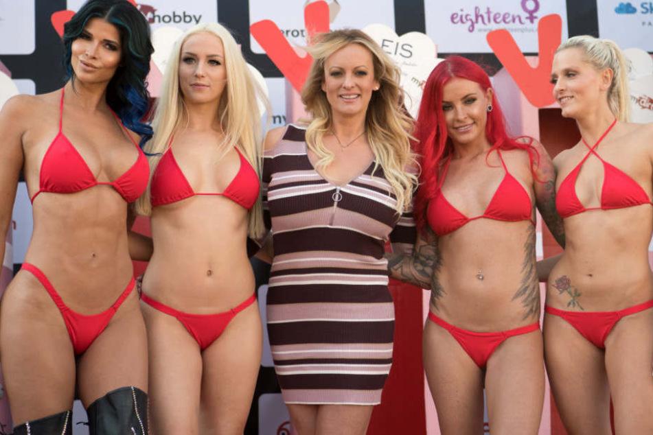 Die Venus-Gesichter (v. l.) Micaela Schäfer, Lucy Cat, Lexy Roxx und Schnuggie91 neben Stargast Stormy Daniels (Mitte).