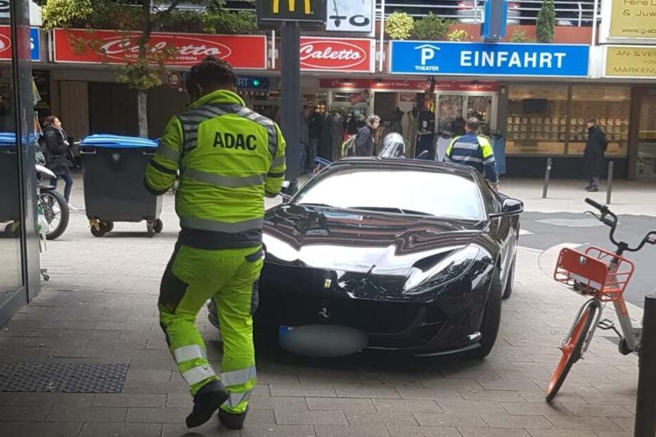 Der Ferrari war einfach auf dem Gehweg geparkt worden.
