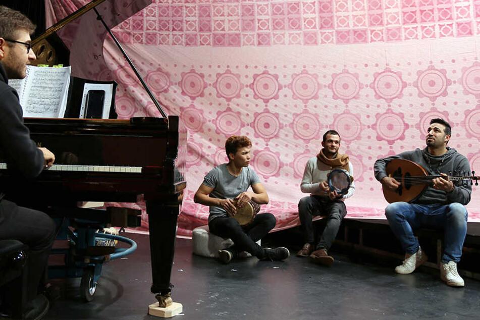 """Die Musiker Mahdi Hussaini (l-r), Ghandi Aljrf und Basel Alkatrib proben im Malsaal des Theaters Plauen-Zwickau in Plauen (Sachsen) für das Stück """"Der Barbier von Bagdad""""."""