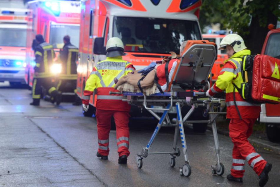 Mehrere Bewohner wurden in ein Krankenhaus transportiert (Symbolfoto).